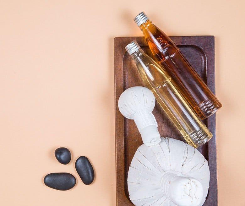 Des huiles essentielles et des pochons de massage